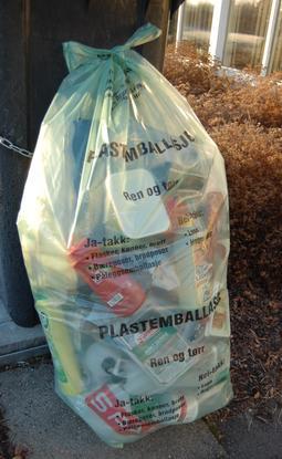 sekk med plastemballasje