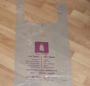 De nye sekkene for plastemballasje med nytt lilla merke for plastavfall